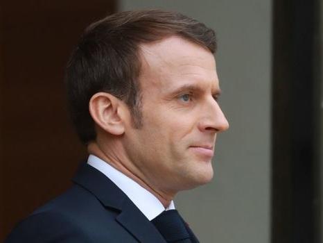 À Angoulême, Macron pose avec un tee-shirt dénonçant les violences policières