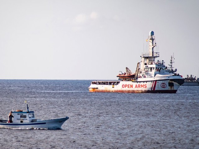 Désespérés, des migrants présents sur l'Open Arms se jettent à l'eau, Madrid envoie un navire militaire