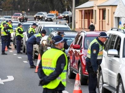 A Melbourne, les habitants se ruent dans le supermarchés avant d'être confinés