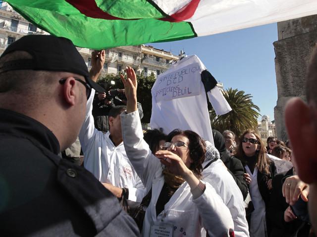 Les forces de sécurité empêchent les médecins résidents de rallier leur rassemblement à Alger