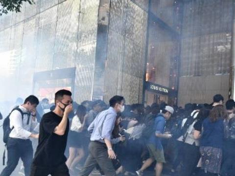 Hong Kong : Un manifestant blessé par balle, un homme transformé en torche humaine