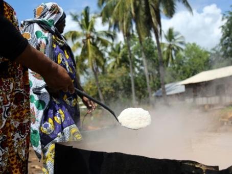 """A Mayotte, les """"mamans du sel"""" défendent leur pratique ancestrale"""