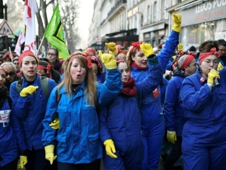 """Cheminots et féministes réunis """"à cause de Macron"""" et contre la réforme des retraites"""