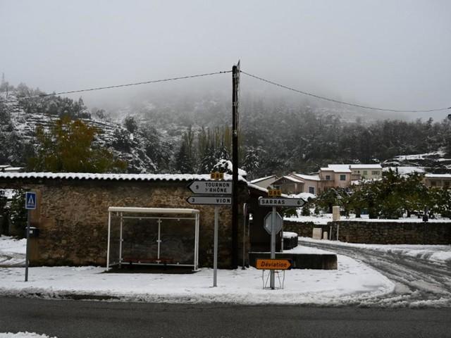 EN DIRECT - Neige dans le sud-est : 33.000 foyers toujours privés d'électricité dans l'Isère, la Drôme et l'Ardèche