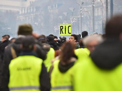 Un gilet jaune français condamné à six mois de prison ferme