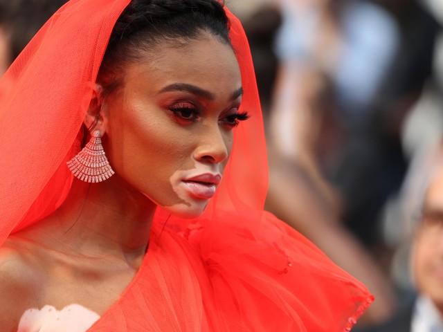 Winnie Harlow, hypnotisante en robe rouge pour monter les marches à Cannes (photos)