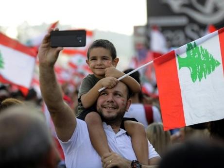 Liban: le gouvernement se penche sur des réformes, la rue reste en colère