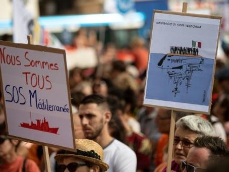 """Migrants en Méditerranée: """"Cessez de harceler les ONG"""" plaide Sam Turner, MSF"""