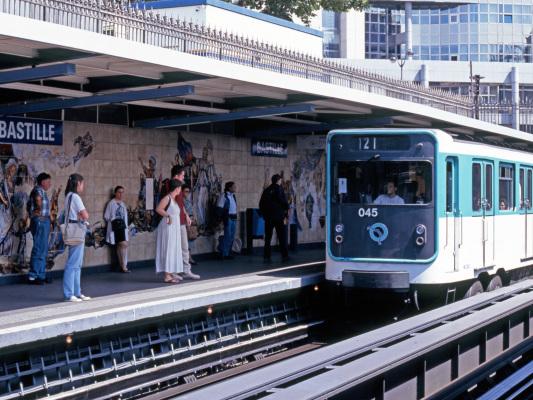 Un autre jeune homme aurait été aspergé d'acide dans le métro parisien