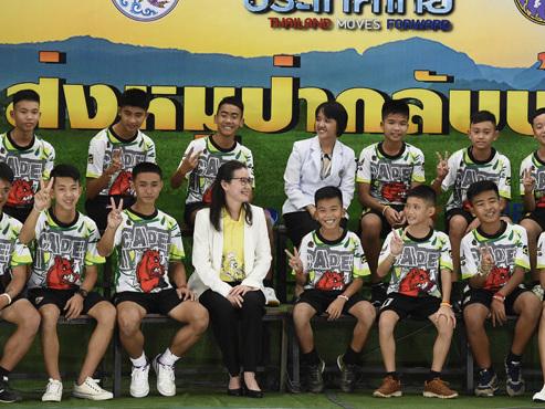"""Les enfants rescapés de la grotte en Thaïlande témoignent: """"Nous buvions l'eau qui s'écoulait des roches"""" (direct vidéo)"""