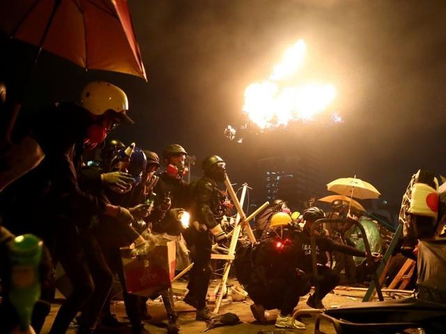 """La police de Hong Kong menace de tirer à balles réelles sur les """"émeutiers"""""""