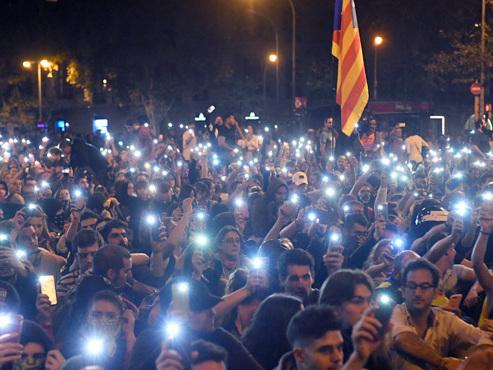 """Les manifestations se poursuivent ce samedi soir à Barcelone: """"Nous sommes des gens de paix"""""""