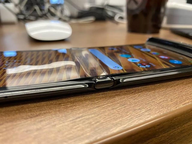 L'écran d'un Motorola RAZR s'écaillerait au niveau du pli