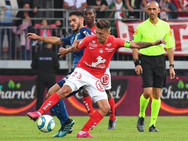 Ligue 1 : le match entre Brest et Reims interrompu par l'arbitre après des insultes homophobes