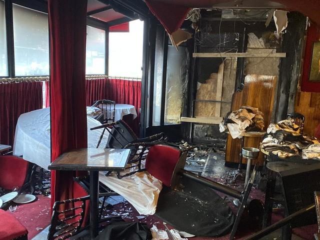 """""""Ils ont fait ça parce que c'est le café de Macron"""": après l'incendie de la Rotonde, habitués et riverains crient leur dégoût"""