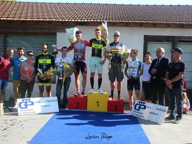 Dimanche 06 mai 2018 - Le Prix deDonzy (58) «Souvenir Gérard Parisse»- Nouvelle course cycliste dans la Nièvre en 2.3.j et un parcours rouleur puncheur avec énormément de prime (plus de 1000 euro de primes) organisé par L'union Cosnoise Sportive a été remporté par un Dylan NIQUET (US Cosne) très puissant dans les 3 derniers tours devant le juniorLucas PLAISANT (GuidonChalettois) et Eric CRAPARD (VC Fontainebleau Avon). Quand à Julien PHILIBERT, il termine 6 ème après avoir protégé de façon magistrale l'échappée de Dylan - classement de Jacky et photos de Laurine et de Julien- (Julien PHILIBERT - Jacky BALLAND - LaurinePHILIPPE - Le Journal du Centre)