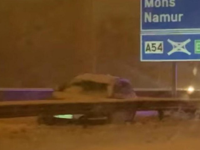 Chutes de neige à Charleroi: un accident sur l'A54 à Jumet, situation dangereuse