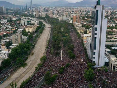 Les images IMPRESSIONNANTES d'un mouvement de contestation inédit au Chili