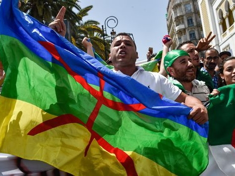 Algérie: peine de prison pour 22 manifestants ayant arboré un drapeau berbère