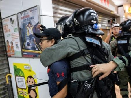 Hong Kong : nombreux heurts avec la police, cinq blessés dans une attaque au couteau