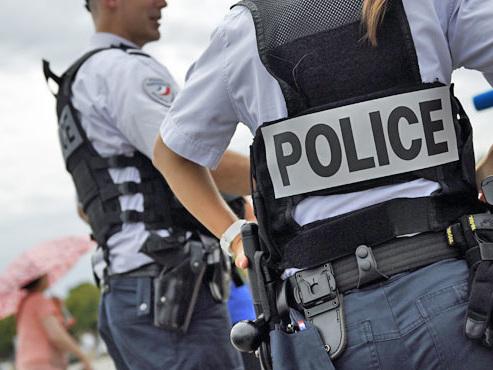 Deux femmes poignardées à Paris: les victimes dénoncent une agression raciste, les suspectes parlent d'une altercation qui a mal tourné