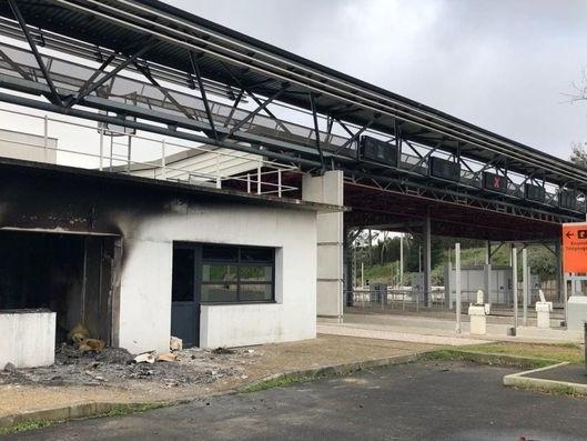 Gilets jaunes : 11 incarcérations après l'incendie du péage de Bessan