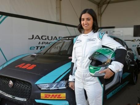 Reema Juffali, première Saoudienne en course automobile à domicile