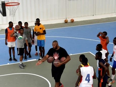 Basket: jeunes ivoiriens et militaires français dans le panier de Boris Diaw à Abidjan