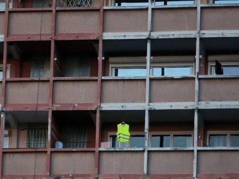 Un règlement de copropriété peut-il obliger à retirer un gilet jaune de son balcon ?