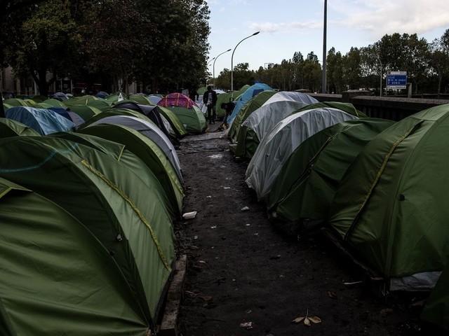 L'évacuation d'un camp de migrants annulée à la dernière minute à Paris