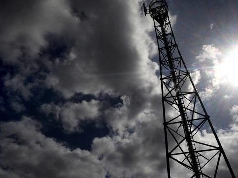 Complotistes, anti 5G, groupuscules d'ultra-gauche… Qui en veut aux antennes relais?