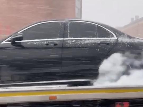 Il fait fumer les pneus de sa Mercedes-AMG...sur le plateau d'un camion !