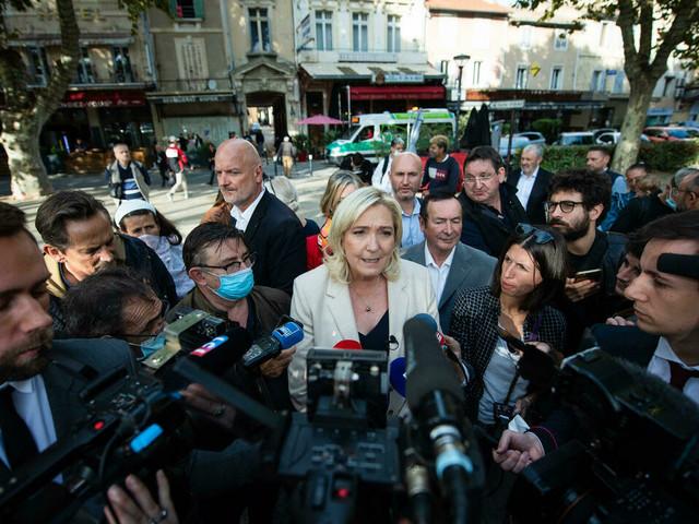 """Zemmour devrait """"réserver ses piques"""" à Macron, dit Marine Le Pen"""