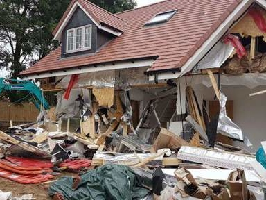 Un entrepreneur démolit la maison de ses mauvais payeurs