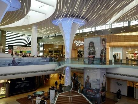 """Du luxe, des touristes, le plus vieux """"mall"""" de France se réinvente à 50 ans"""
