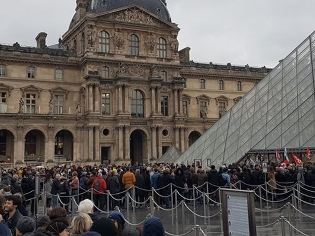 Grève: L'accès au Louvre et à la pyramide bloqué par des manifestants