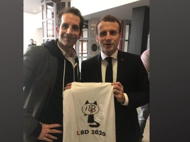 À Angoulême, Macron prend la pose avec un tee-shirt dénonçant les violences policières