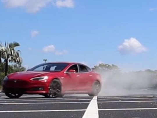 Il pirate sa Tesla Model S pour faire des donuts