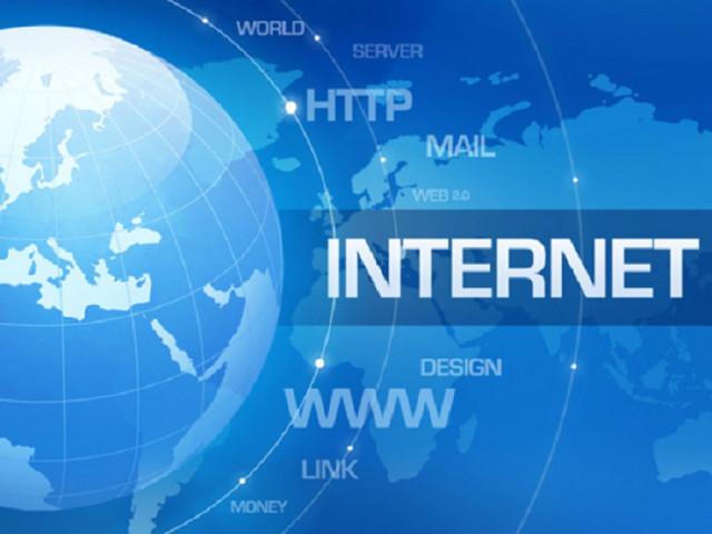 Plus de 80% des internautes se connectent à internet au moins une fois par mois aux Antilles-Guyane et à La Réunion
