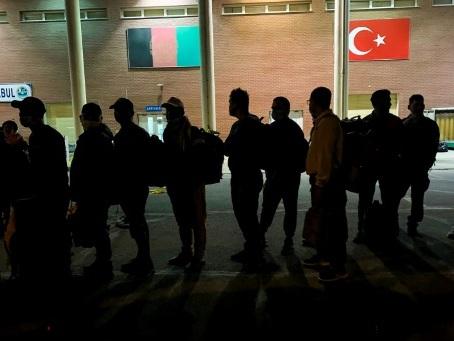 Les premiers Afghans exfiltrés de Kaboul par la France attendus à Paris