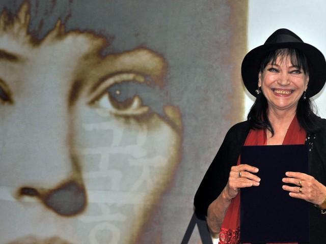 """""""C'était la petite fiancée de la Nouvelle Vague"""" : hommage à Anna Karina"""