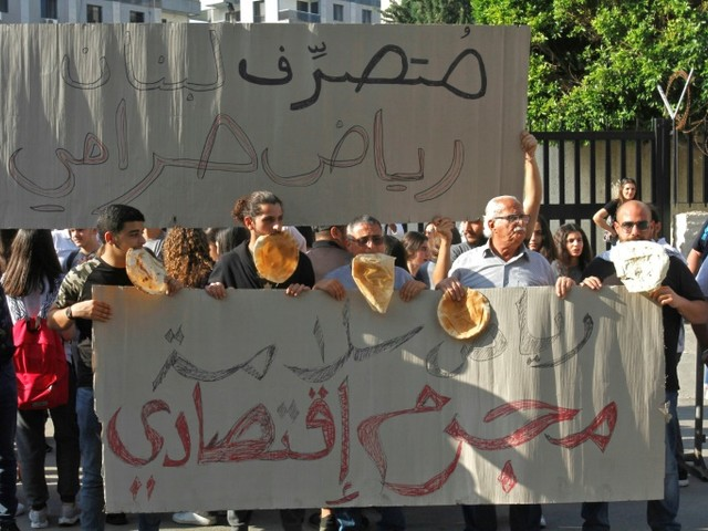Craignant les pénuries, les Libanais fondent sur les produits de base