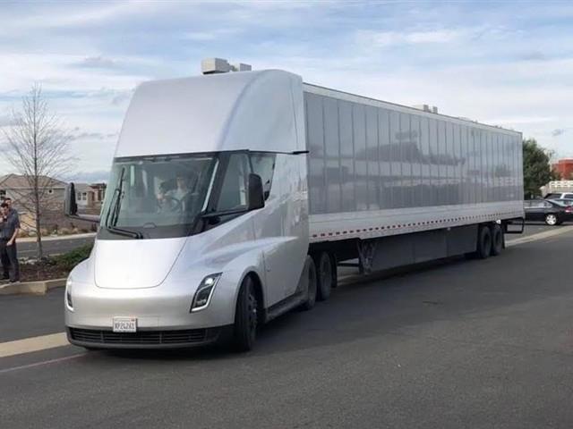 Tesla : son camion électrique Semi n'entrera en production qu'en 2020