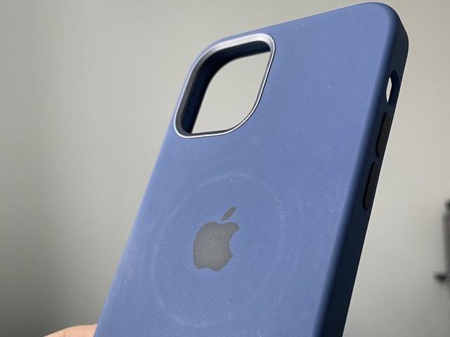 iPhone 12 : le chargeur MagSafe laisse des traces sur les coques