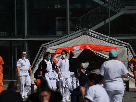A l'hôpital de campagne de Madrid, sortir guéri sous les applaudissements