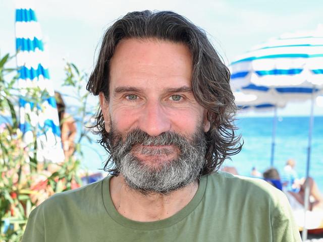 "Frédéric Beigbeder, un ""vioque"" qui ""côtoie Laura Smet sur la plage"""