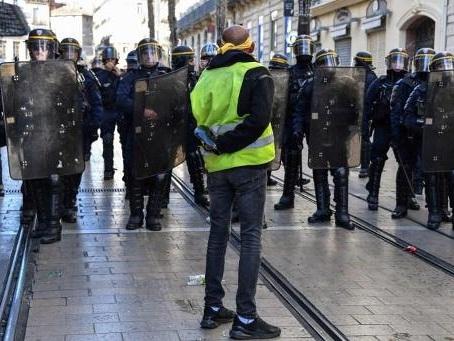 """Gilets jaunes - Plusieurs milliers de """"gilets jaunes"""" défilent dans les grandes villes françaises"""