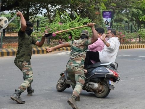 """Le """"lathi"""", une arme utilisée par la police indienne héritée de l'époque coloniale"""
