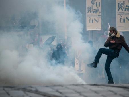 """Réforme des retraites et """"gilets jaunes"""": plusieurs milliers de personnes et des manifestations tendues"""