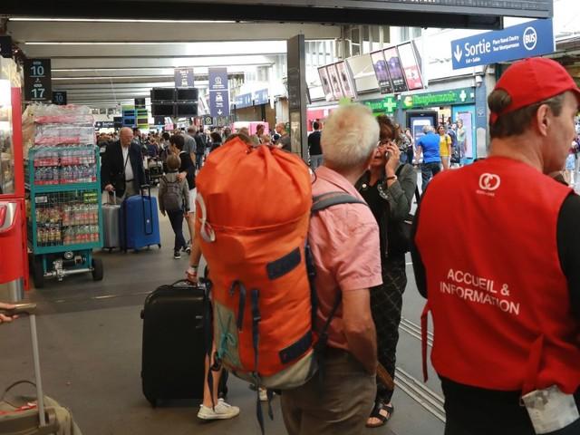 """Pagaille à la gare Montparnasse: la SNCF a si mal communiqué que """"le contrôleur nous a dit qu'il aurait préféré aller se cacher"""""""